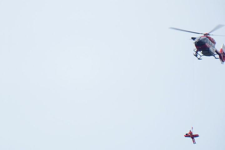 Der 46-Jährige wird per Seil ausgeflogen.