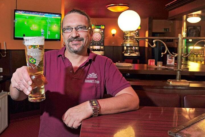 """Torsten Lienau (48) hat das Kneipen-Abo des Sportsenders """"Sky"""" - und darf das Spiel live zeigen."""