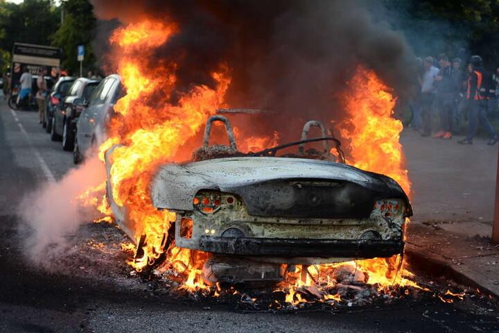 Auch Autos wurden in Brand gesteckt.