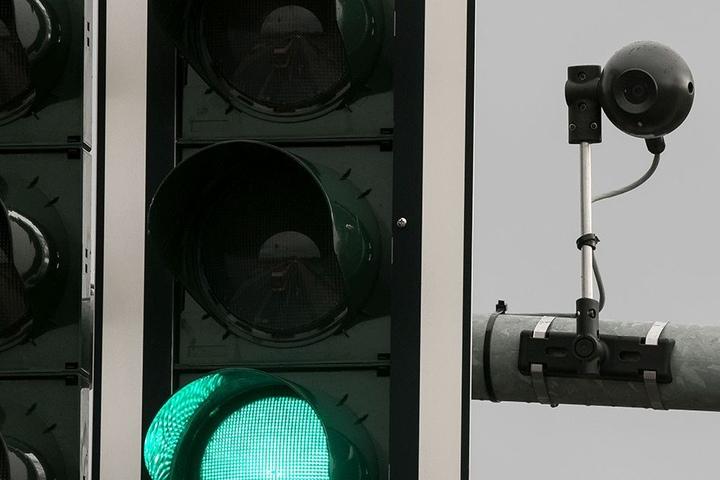 Sogenannte Graukameras sind häufig direkt neben Ampeln installiert.