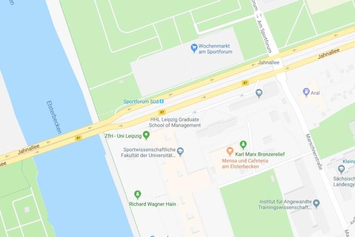 Der Unfall soll sich in Höhe der Red-Bull-Arena, nahe der Haltestelle Sportforum Süd, ereignet haben.