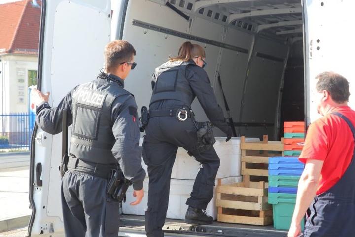 Die Polizei überprüft Transporter.