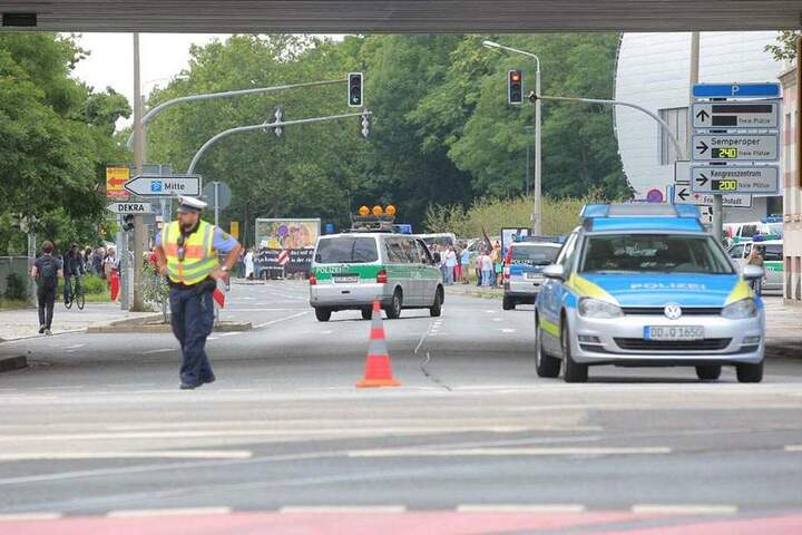 Derweil ist vor der Ballsporthalle die Magdeburger Straße für Autos abgesperrt worden.