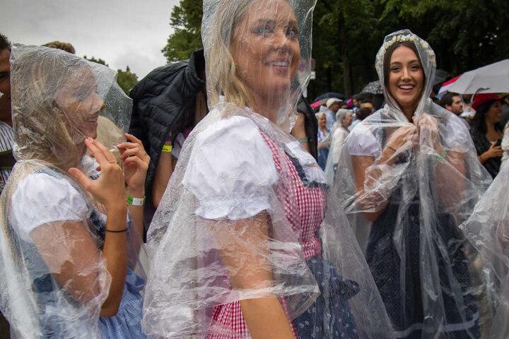 Verregneter Samstag in München. Diese Mädels versuchen das Beste daraus zu machen.
