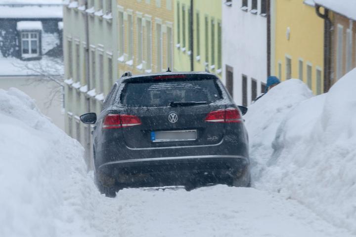 Ein Auto fährt am Montag die Kleine Sommerleite in Annaberg-Buchholz hinab.