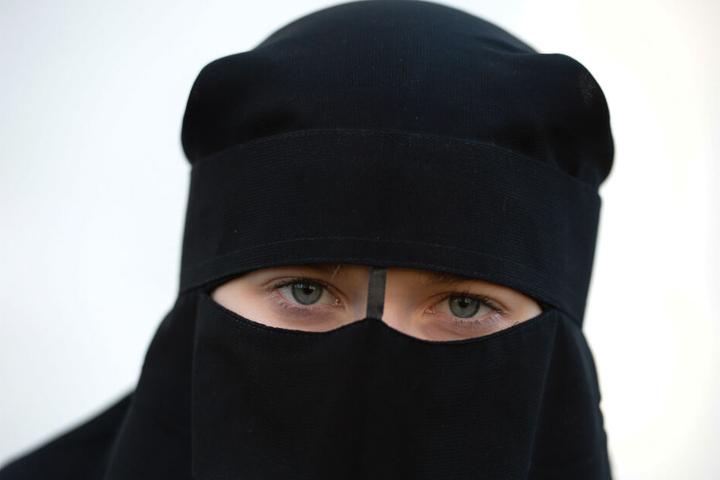 Von einer Frau sind wegen eines Nikab, der ihr Gesicht verschleiert, nur die Augen zu sehen.