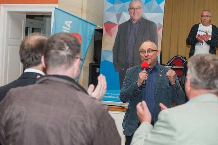 AfD-Direktkandidat Jens Maier freut sich über das Wahlergebnis in Dresden.