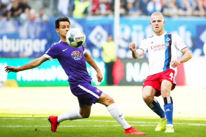 Auch Clemens Fandrich (l., gegen Hamburgs Rick van Drongelen) darf in Bochum nach der fünften Verwarnung nicht auflaufen.