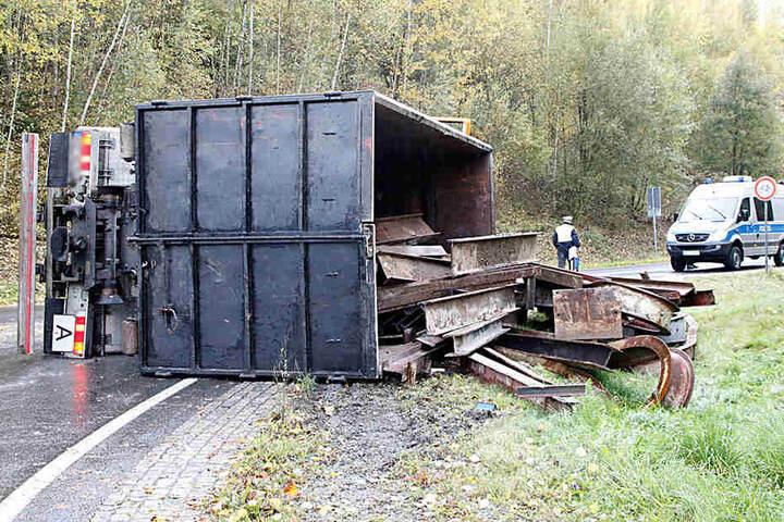 Der Lkw hatte Stahlschrott geladen.