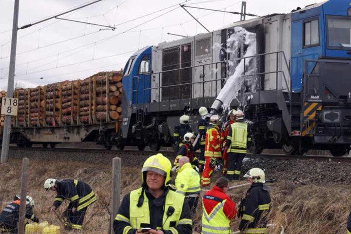 Der Lokführer des Güterzuges blieb unverletzt. Die Feuerwehr löschte den Brand mit Schaum.