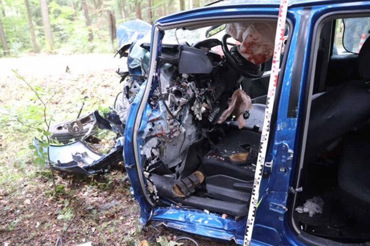 Die Vorderseite des Autos ist komplett zerstört.