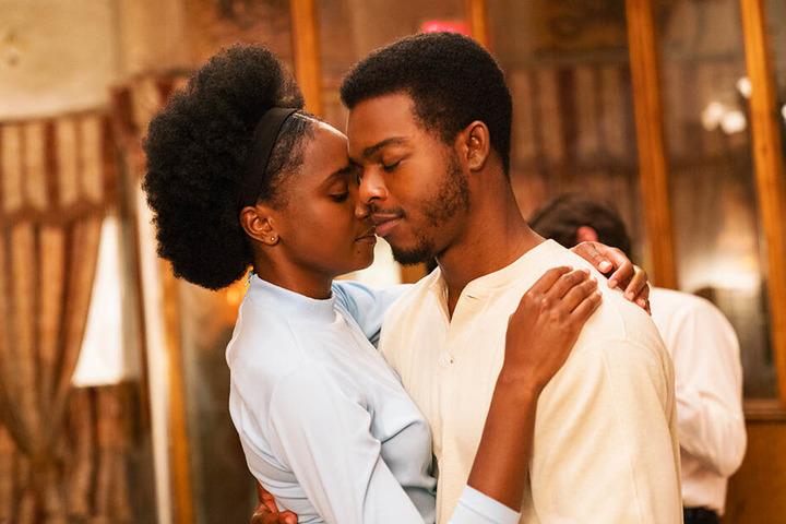Tisch (Kiki Layne) und Fonny (Stephan James) sorgen in einer brutalen Welt mit ihrer Liebe für einen Silberstreifen am Horizont.