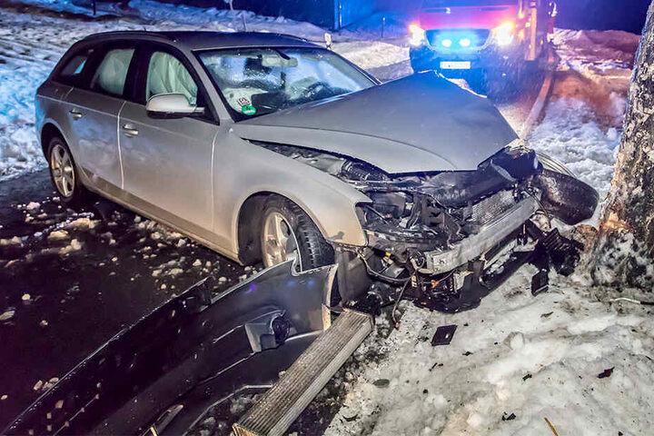 Der Audi war von der Fahrbahn abgekommen und frontal in den Baum gekracht.