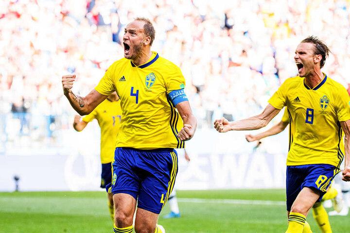 Andreas Granqvist (l.) und HSV-Akteur Albin Ekdal (r.) bejubeln das schwedische Siegtor.