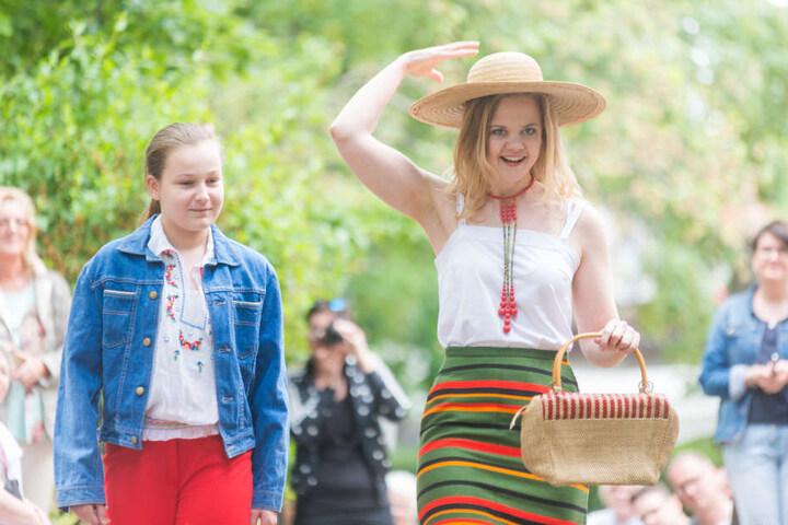Von wegen eintönig! Mode der DDR war bunt und schick - das zeigen Nikita-Anna (11, links) und Katharina
