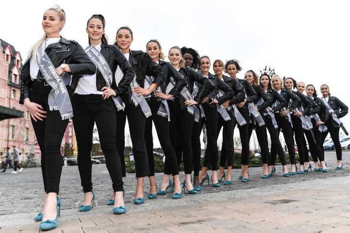 """Die 16 Kandidatinnen für die Wahl der diesjährigen """"Miss Germany"""" stehen nebeneinander."""