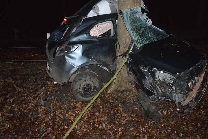 Kaum zu glauben, dass sich der Fahrer selbst aus dem Wrack befreien konnte.