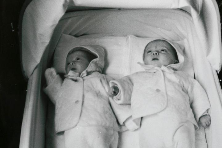 Auf diesem Foto sind die Drillingsschwestern Kerstin (l.) und Birgit. Anke, die angeblich verstorben ist, fehlt auf dem Bild.