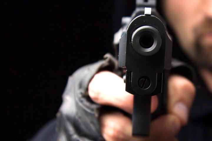 Ein Mann hatte den Barmann mit einer Pistole bedroht (Symbolbild).