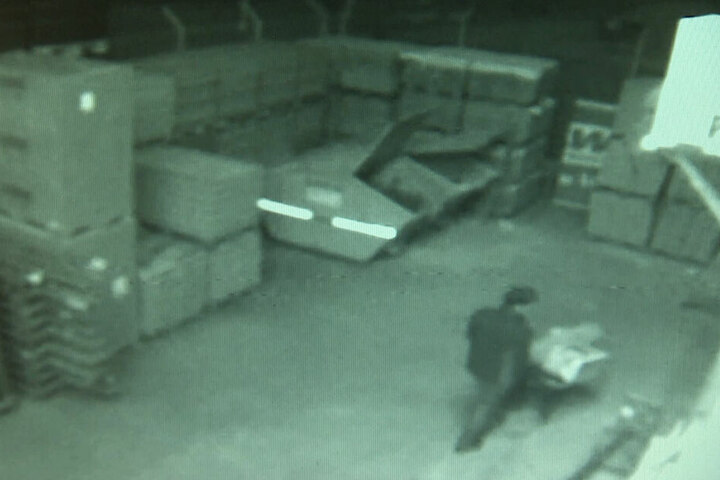 Die Bilder der Überwachungskamera zeigen, wie der Mann die Mähroboter aus dem Baumarkt bringt.