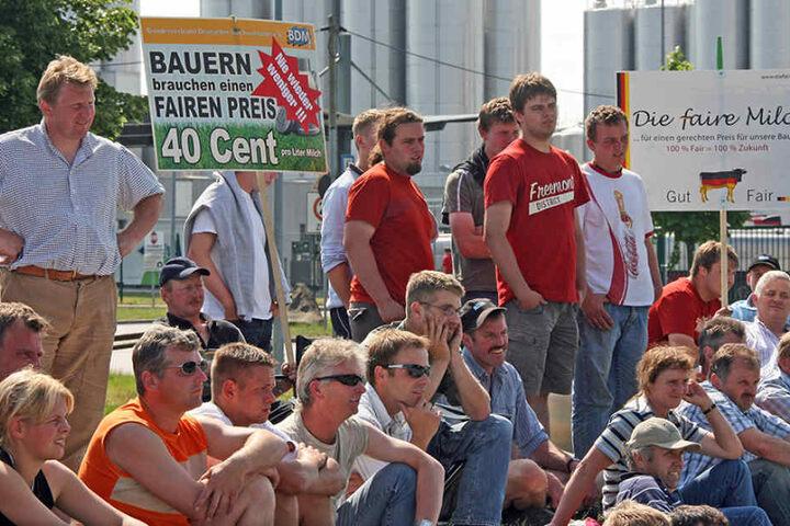 Milchbauern und Molkereien sollen sich für bessere Verträge an einen Tisch  setzen, fordert Minister Thomas Schmidt. Denn manchmal kracht es zwischen beiden  - wie hier vor Sachsenmilch in Leppersdorf.