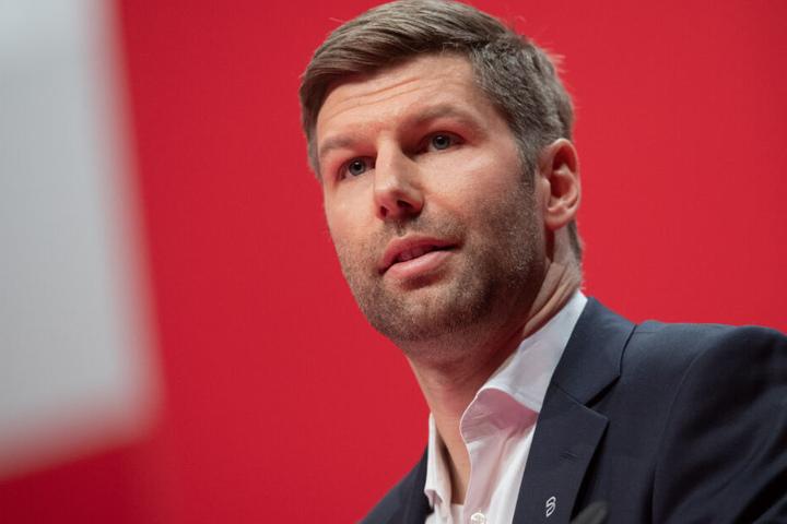 Ein Blick auf den Vorstandsvorsitzenden des VfB Stuttgart: Thomas Hitzlsperger während seiner Rede bei der außerordentlichen Mitgliederversammlung im Dezember. Danach hieß der neue VfB-Präsident Claus Vogt.