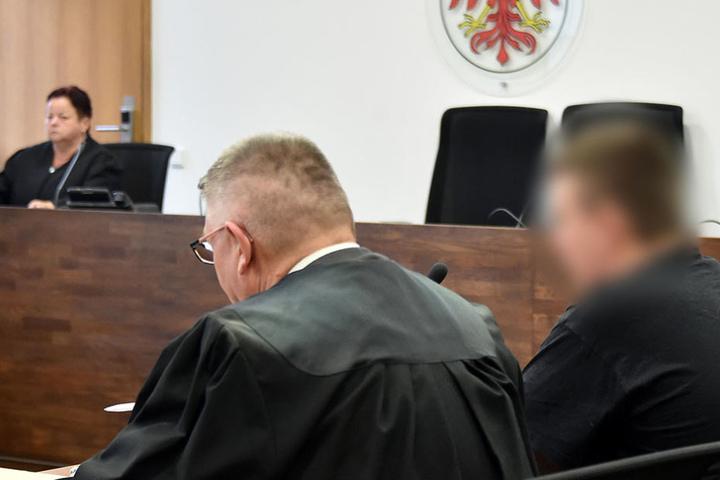 Der Angeklagte wartete am Donnerstag in Potsdam (Brandenburg) im Gericht mit seinem Anwalt auf das Urteil.