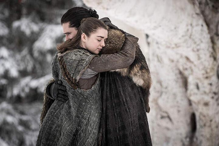 Zwei entscheidende Figuren: Arya Stark (l., Maisie Williams) umarmt Aegon Targaryen (Kit Harington) herzlich.