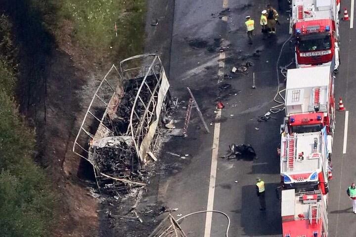 Ein Luftbild zeigt die Unfallstelle auf der A9 bei Münchberg (Bayern). 200 Rettungskräfte von Polizei, Feuerwehr und THW waren im Einsatz. Bus und Sattelschlepper brannten völlig aus.