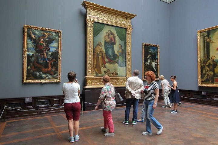 Wie sicher sind die Alten Meister? Raffaels Sixtinische Madonna ist tief im Semperbau beherbergt, soll laut Staatlichen Kunstsammlungen nicht gefährdet sein.
