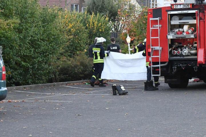 Mit einem Tuch verdeckte die Feuerwehr die Leiche vor neugierigen Blicken.