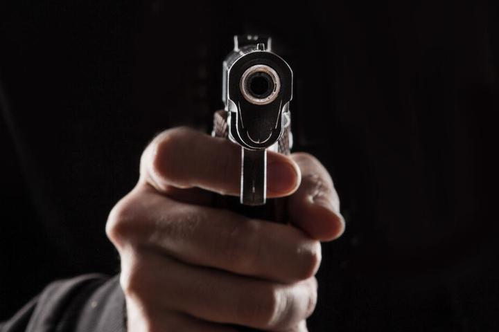 Der Mann führte eine Spielzeugpistole mit sich, die laut Polizei durchaus den Anschein einer echten Schusswaffe machte. (Symbolbild)