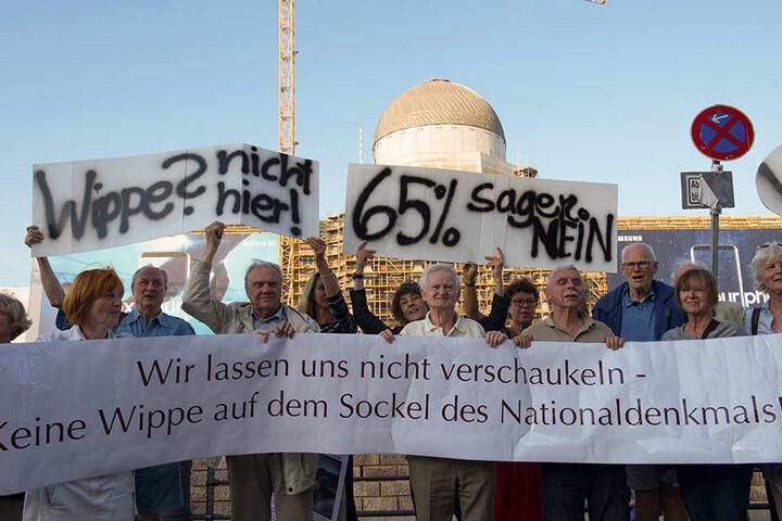 Wegen der Planung einer Wippe auf dem Sockel des Schlosses, hatte eine Bürgerinitiative Anfang August vor der Baustelle demonstriert.