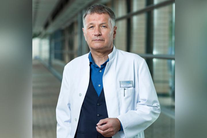 """Mit Thomas Rühmann alias Klinikleiter Dr. Roland Heilmann kam auch ein ehemaliger """"In aller Freundschaft""""-Kollege."""