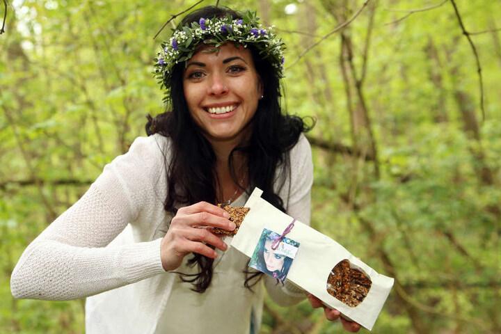 Waldfee Susan Pelzer (34) mit ihren Bio-Snacks- Die schmecken natürlich auch als kleiner Snack in der Natur.