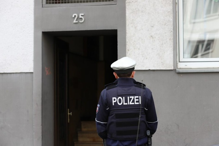Ein Polizist vor dem Einsatzort in Oberbilk.