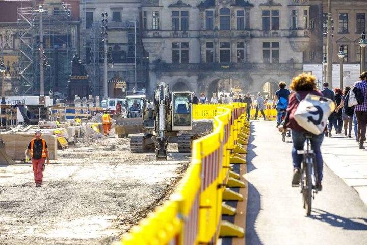 Die giftige Teerdecke muss weggebaggert werden. Für Radfahrer und Fußgänger ist der Bereich abgesperrt.