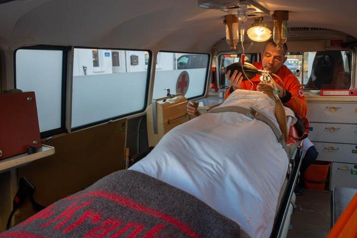 Der Patient ist zwar nur eine Puppe, der Rettungswagen ist dafür noch voll funktionstüchtig.