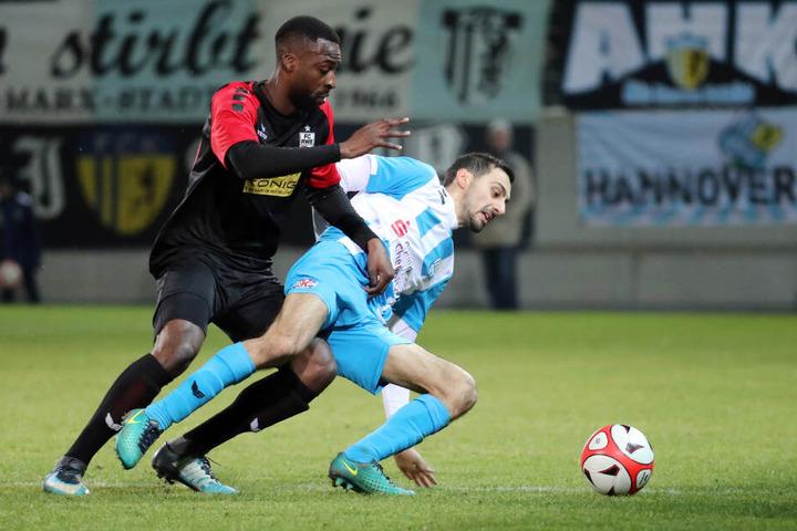 Rafael Garcia (r.), hier im Zweikampf mit Stephane Mvibudulu, berietet beide Treffer des CFC beim 2:0-Sieg gegen Erfurt vor.