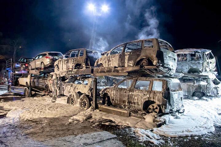 Insgesamt wurden 13 Fahrzeuge bei dem Brand zerstört oder schwer beschädigt.