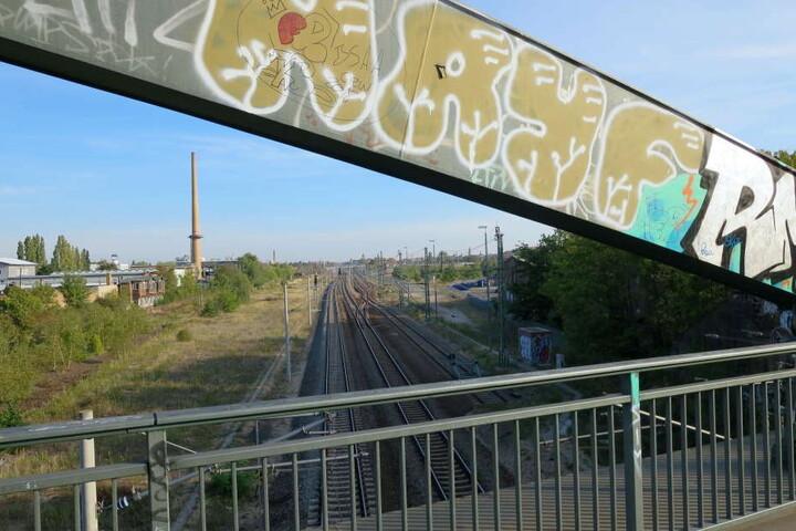 """Der oder die Täter sollen von der """"Schwarzen Brücke"""" aus auf den Zug geschossen haben."""
