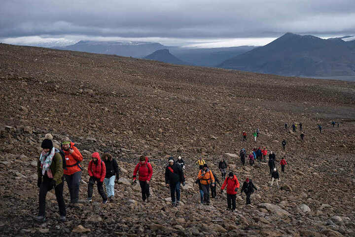 Etwa 100 Menschen sind auf den Gipfel des Vulkan gewandert um der Installation einer Gedenktafel beizuwohnen.