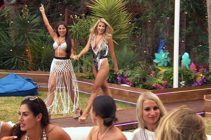 """Als die beiden """"Granaten"""" Asena und Dijana die Villa betreten, sind die Männer begeistert - die Frauen weniger..."""