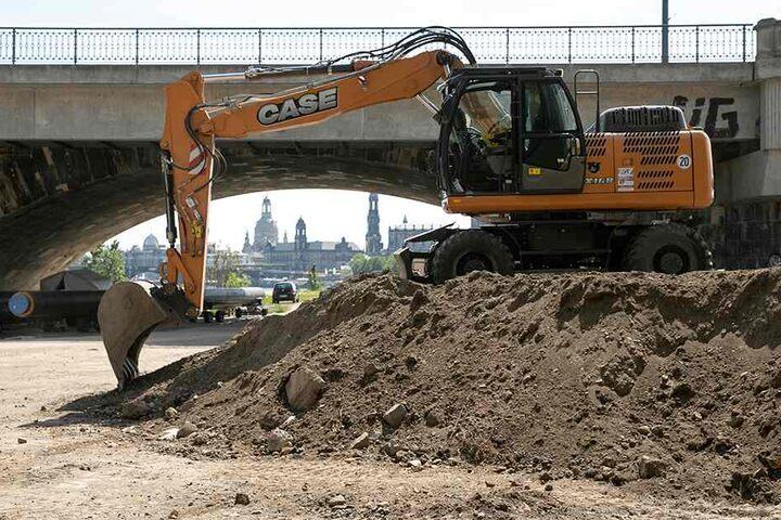 Bagger heben an der Marienbrücke bereits Löcher für die Trassenanbindung aus. Die Stahlbetonkästen für den Tunnel werden ab Juni etwas weiter elbabwärts errichtet.