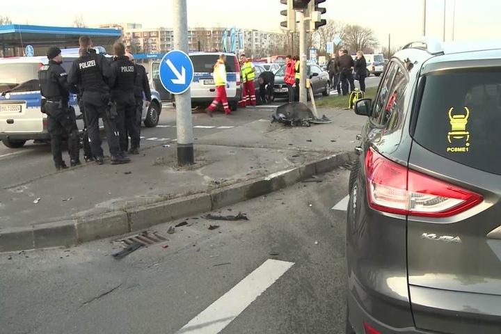Die Kreuzung in Rostock glich einem Trümmerfeld.