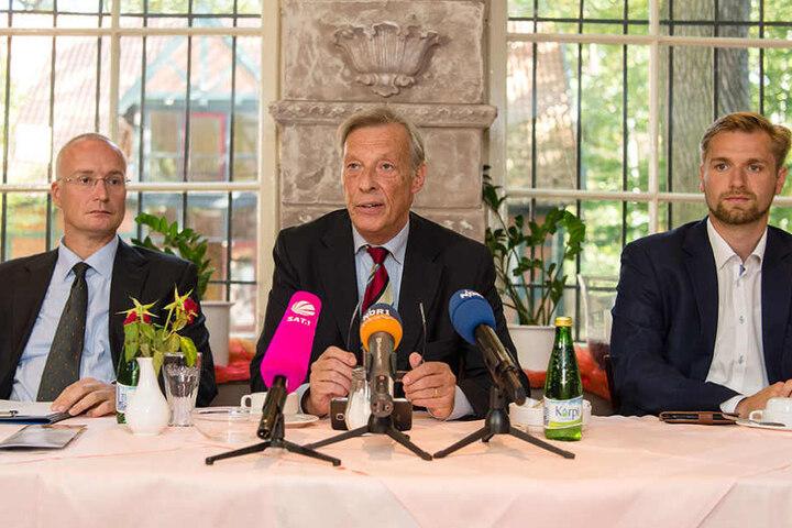 Jörn König (alle AfD, l-r), stellvertretender Vorsitzender der AfD in Niedersachsen, Armin-Paul Hampel, Landesvorsitzender der AfD in Niedersachsen, und Stephan Bothe, Kreisvorsitzender der AfD in Lüneburg bei einer Pressekonferenz vor der Wahl.