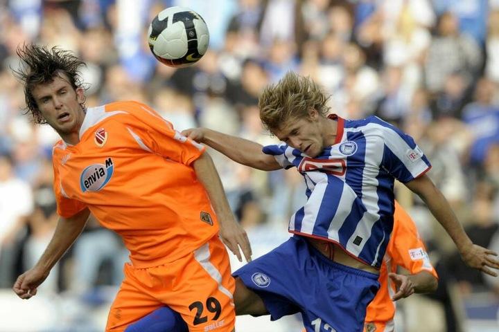 Marc Stein spielte auch schon gegen Cottbus und für Hertha BSC. Hier im Zweikampf mit Dennis Sörensen.