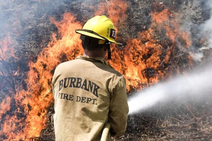 Ein Feuerwehrmann versucht die Brände zu löschen.