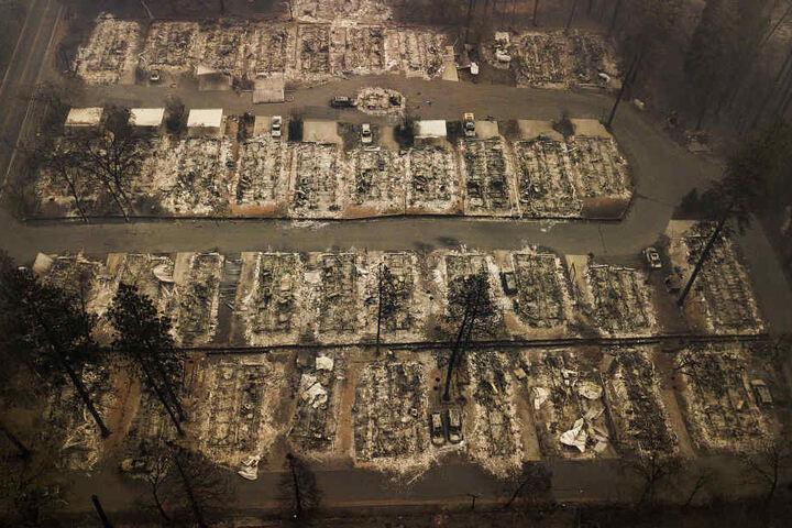 Die Luftaufnahme zeigt die verbrannten Überreste von Wohnhäusern in einem Wohnviertel der Stadt Paradise.