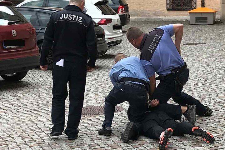 Vom Zeugenstuhl aufs Kopfsteinpflaster: Weil Louis E. (17) vor dem Dippoldiswalder Amtsgericht freidrehte, mussten ihn Justizbeamte fixieren.